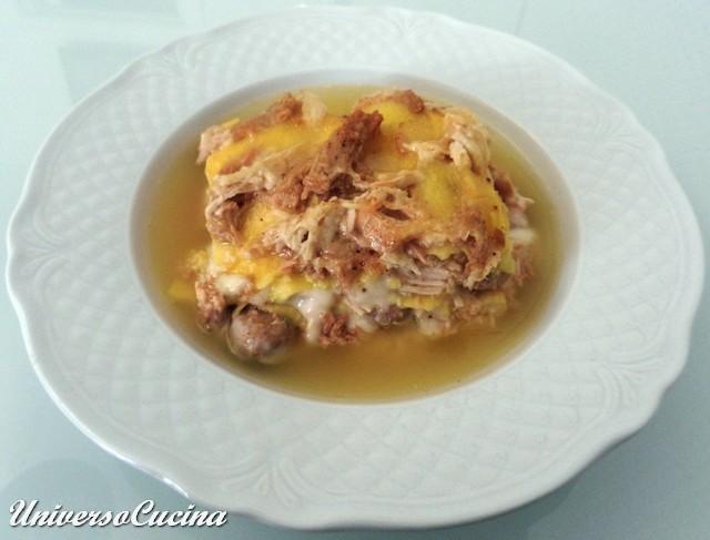 La porzione di lasagna servita con il brodo caldo