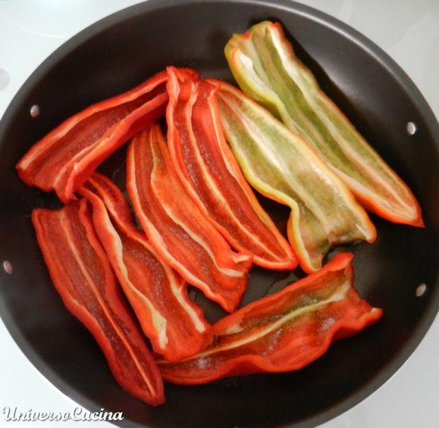 Disporre i peperoni in teglia