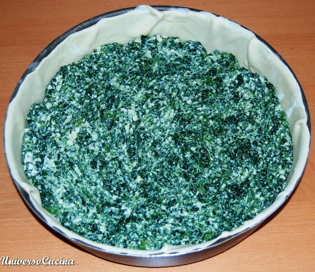 Versare in una teglia foderata con la pasta